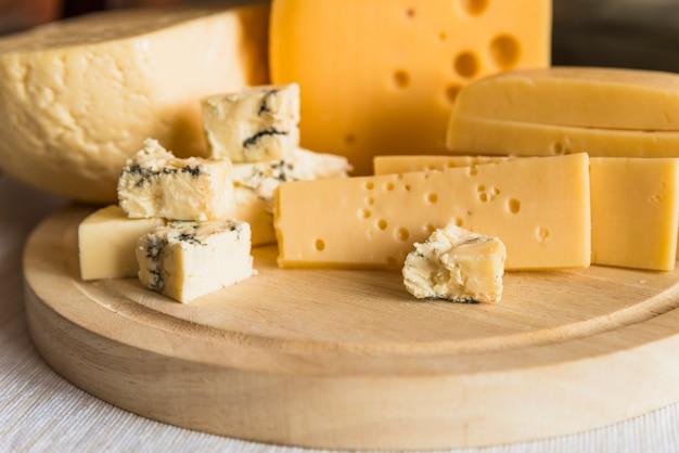 Ensemble de fromage frais sur une planche à découper en bois Photo gratuit