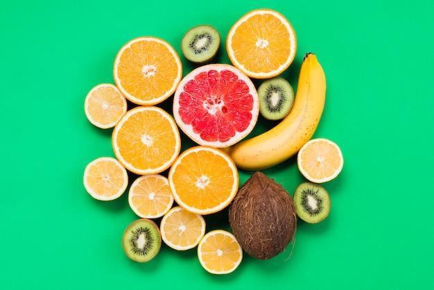 Ensemble de fruits exotiques frais tranchés Photo gratuit