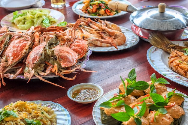 Un ensemble de fruits de mer de style thaïlandais insiste sur le poisson au curry thaï cuit à la vapeur Photo Premium