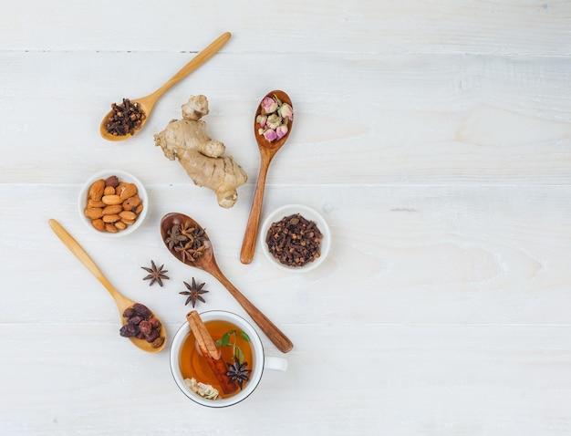 Ensemble De Gingembre, Herbes Et épices Et Tisane Sur Une Surface Blanche Photo gratuit