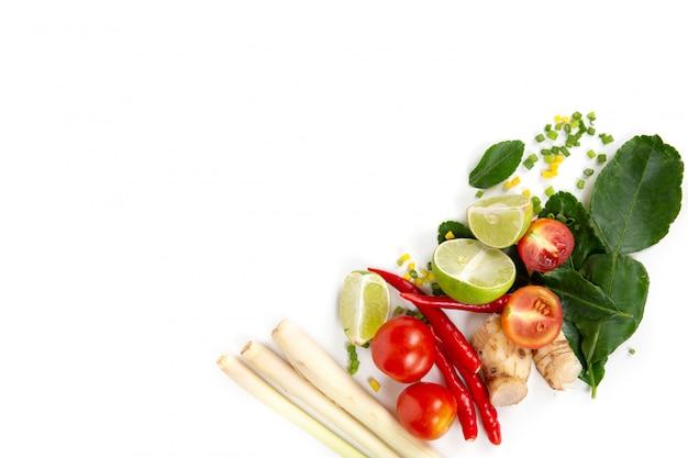 Ensemble d'herbes fraîches et d'ingrédients pour tom yum Photo Premium