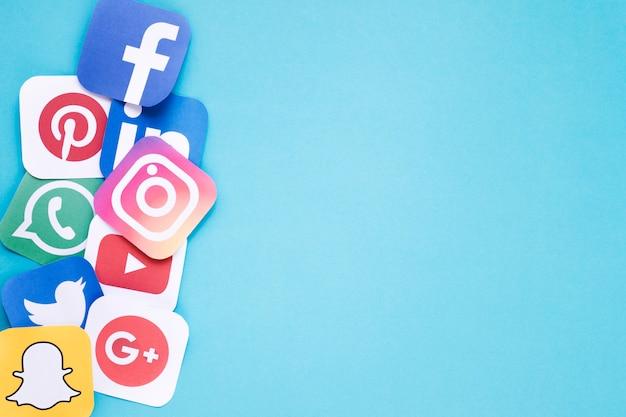 Ensemble d'icônes médiatiques populaires sur fond clair Photo gratuit