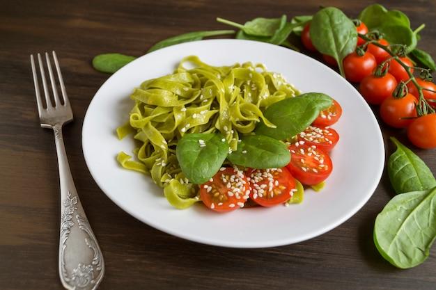Un ensemble d'ingrédients pour les pâtes italiennes. fond noir avec espace libre pour le texte. Photo Premium