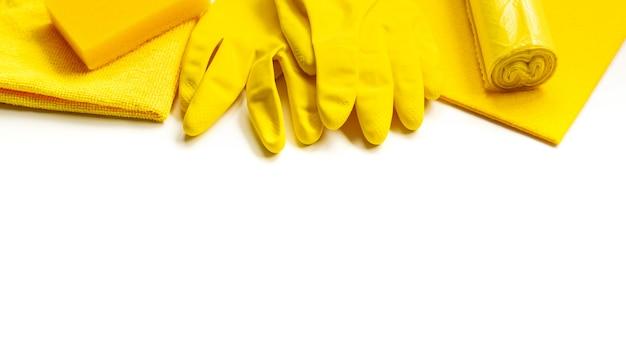 Ensemble jaune pour le nettoyage de printemps lumineux dans la maison. Photo Premium