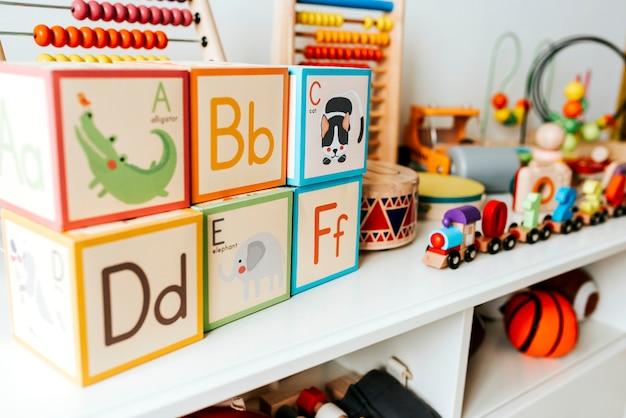 Ensemble de jouets pour enfants sur une étagère blanche Photo Premium