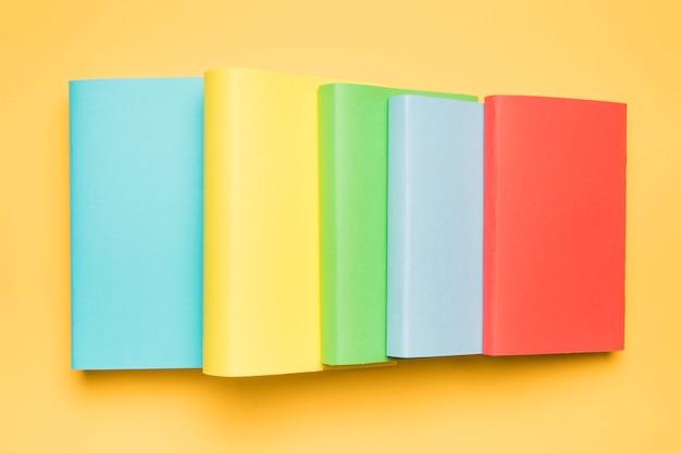 Ensemble de livres en couvertures colorées et lumineuses Photo gratuit