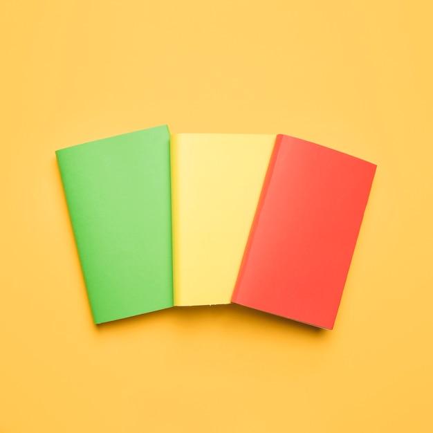 Ensemble De Livres Avec Couvertures De Différentes Couleurs Photo gratuit