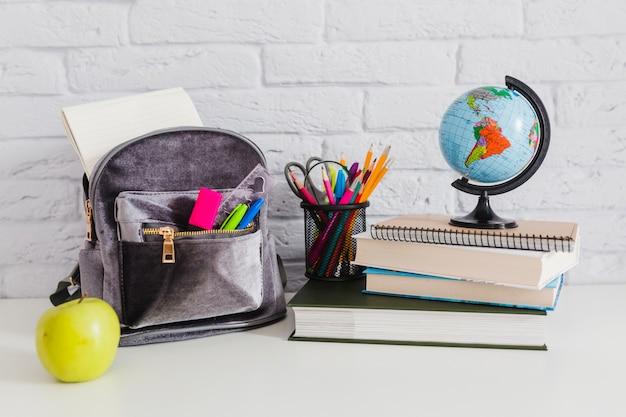 Ensemble de matériel scolaire Photo gratuit