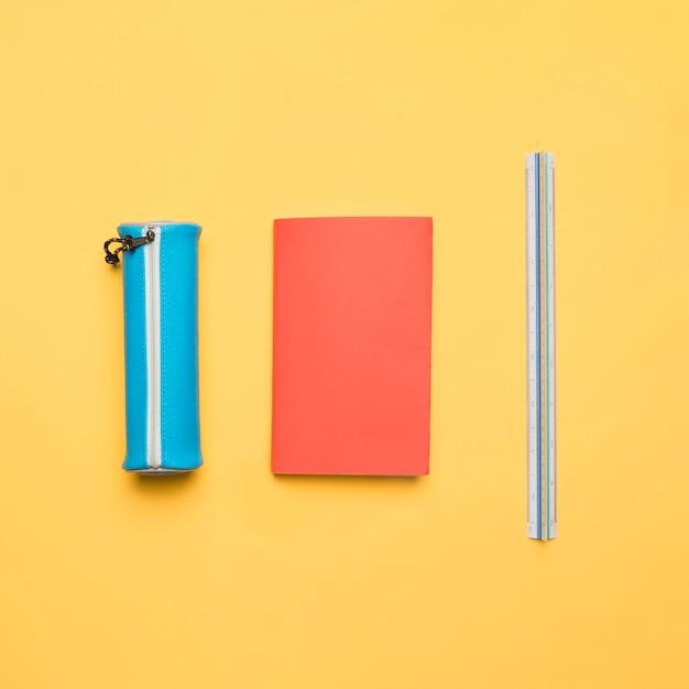 Ensemble ordonné de fournitures scolaires colorées Photo gratuit