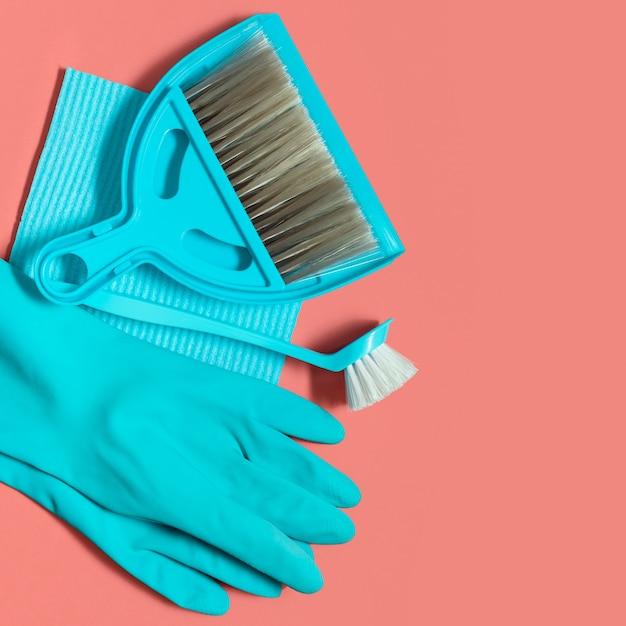 Un ensemble d'outils bleus pour le nettoyage de printemps sur le corail vivant Photo Premium