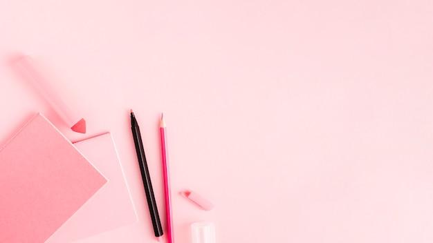 Ensemble d'outils de bureau rose sur une surface colorée Photo gratuit