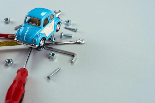 Ensemble d'outils clés avec voiture jouet bleue. Photo Premium