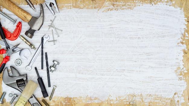 Ensemble d'outils fournitures pour constructeur de réparation de maison sur bois peint blanc avec espace de copie Photo Premium