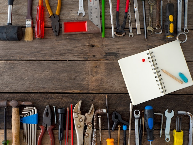 Ensemble d'outils et d'instruments sur fond en bois Photo Premium