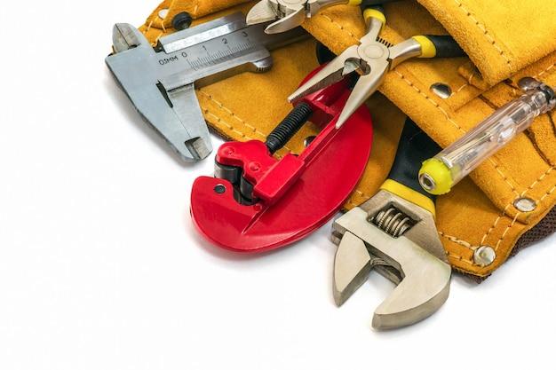 Ensemble D'outils Pour Le Constructeur Ou Le Plombier Dans Un Sac. L'idée De Préparer Le Maître Avant Le Travail Photo Premium