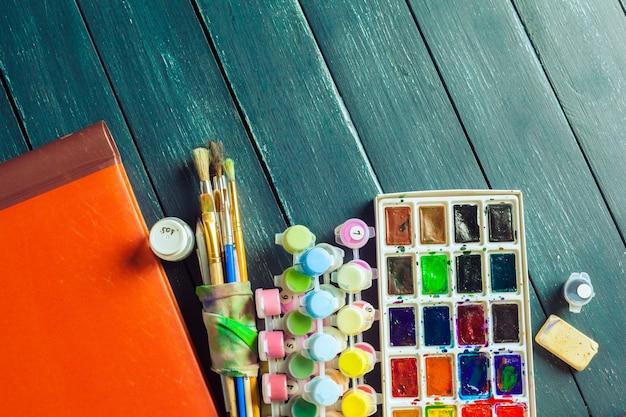Ensemble de peintures à l'aquarelle et pinceaux pour la peinture Photo Premium