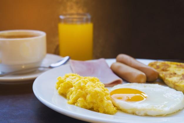Ensemble de petit-déjeuner à l'hôtel Photo gratuit