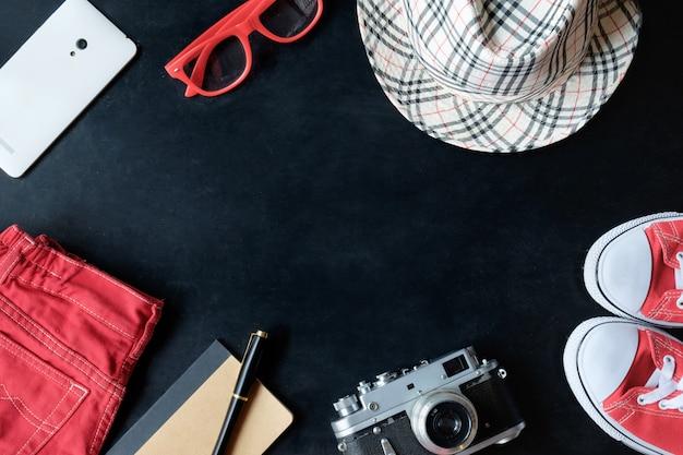 Ensemble De Photographie De Film Vintage Fineart De Baskets Rouges, Lunettes Rouges, Jeans Rouges, Appareil Photo Vintage, Téléphone Blanc, Ordinateur Portable, Stylet, Chapeau à Carreaux Photo Premium