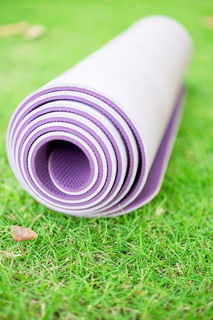 Ensemble Pliable D'exercice, De Fitness Ou De Yoga Sur L'herbe Photo gratuit