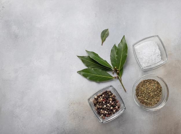 Ensemble De Poivre, Herbes, Sel Et Ingrédients De Laurier Pour La Cuisson De La Surface Grise, Vue De Dessus, Photo Premium