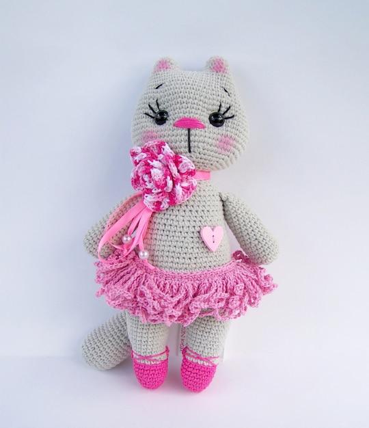 Ensemble de poupée de chat gris au crochet à la main sur fond blanc Photo Premium