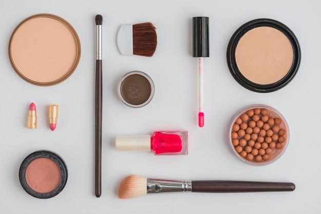 Ensemble de produit cosmétique sur fond blanc Photo gratuit