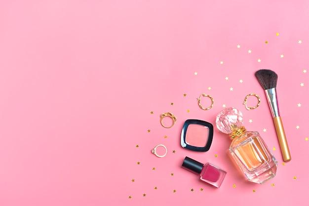 Ensemble de produits de beauté et accessoires - rouge à lèvres, fard à paupières, vernis à ongles, pinceau, blush Photo Premium