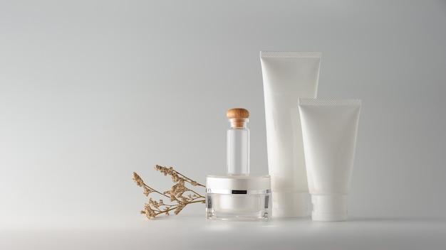 Ensemble de produits cosmétiques sur fond blanc. etiquette vierge cosmétique pour la maquette de la marque. Photo Premium