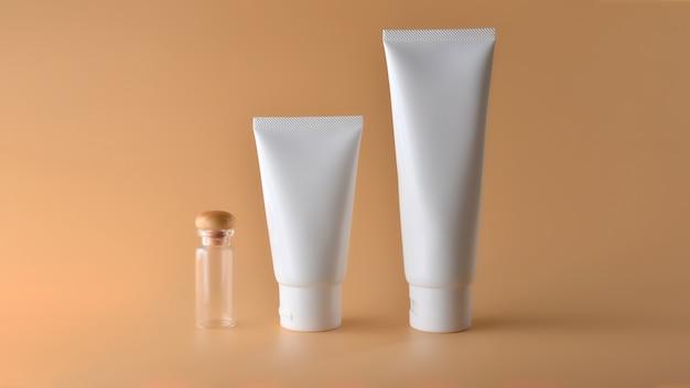 Ensemble de produits cosmétiques sur un fond de couleur. Photo Premium