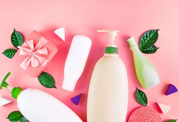 Ensemble de produits cosmétiques pour le corps sur le fond du corail. Photo Premium