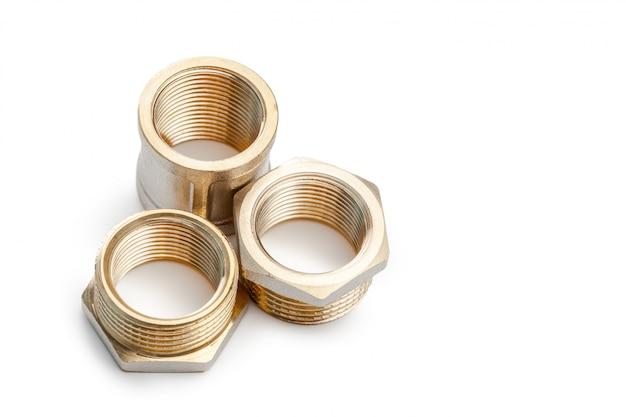 Ensemble de raccords de plomberie en métal-plastique, adaptateurs, bouchons isolés sur fond blanc Photo Premium