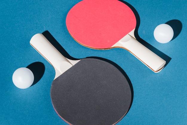 Ensemble de raquettes et balles de tennis de table Photo gratuit