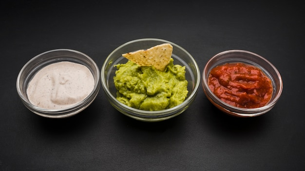 Ensemble de sauces dans des bols Photo gratuit
