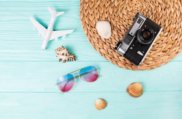 Ensemble de souvenirs de voyage et appareil photo Photo gratuit