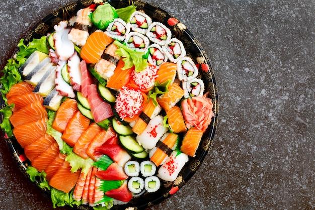 Ensemble De Sushi. Différents Sashimis, Sushis Et Petits Pains, Copyspace Photo Premium