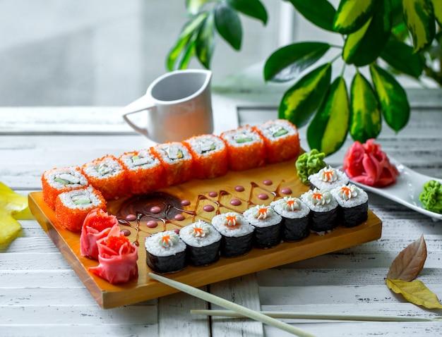 Ensemble de sushi avec nori et tobiko rouge et concombre Photo gratuit