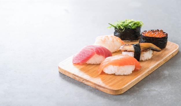 Ensemble de sushis mélangé Photo gratuit