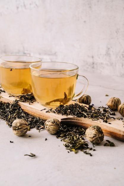 Ensemble de tasses à thé et aux noix Photo gratuit