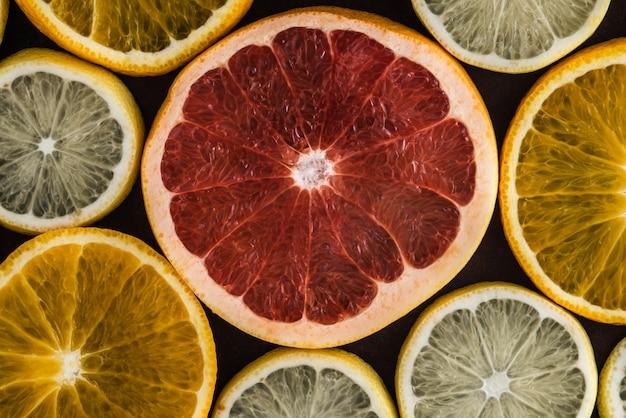 Ensemble De Tranches D'agrumes Sur Fond Sombre: Orange, Citron, Pamplemousse. Photo Premium