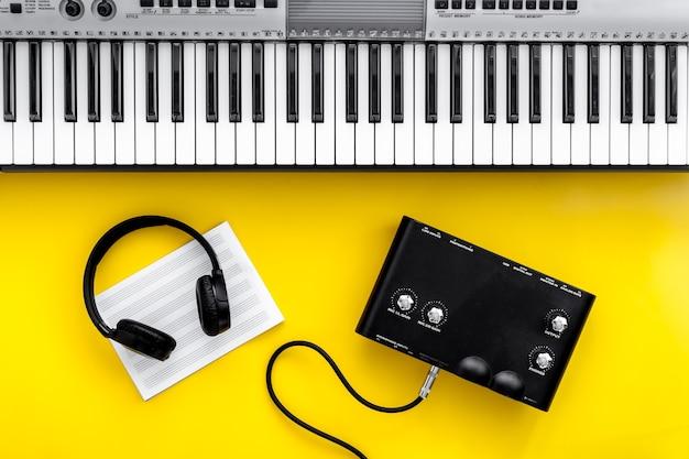 Ensemble De Travail De Musicien Avec Note De Synthétiseur Et Casque Photo Premium