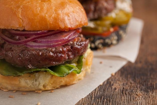 Ensemble de trois mini burger maison. Photo Premium