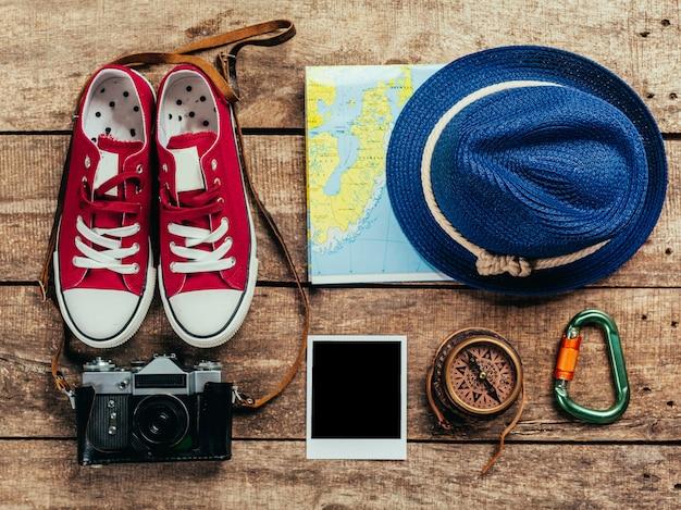 Ensemble de trucs de voyage sur bois Photo Premium
