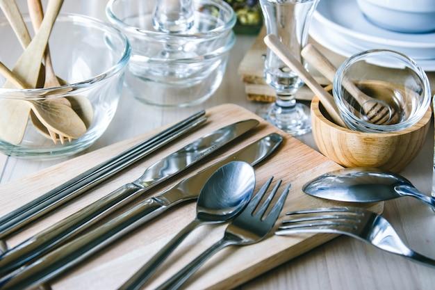 Ensemble de vaisselle sur la table, ustensiles de cuisine Photo Premium