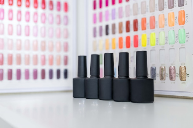 Un ensemble de vernis à ongles sur une palette de nuances de couleurs multicolores Photo Premium