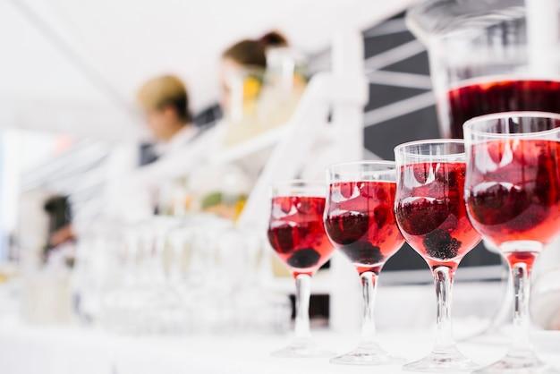 Ensemble de verres à alcool avec un arrière-plan flou Photo gratuit