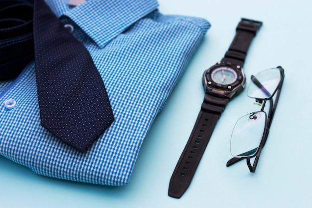 Ensemble de vêtements et accessoires pour homme sur bleu Photo Premium