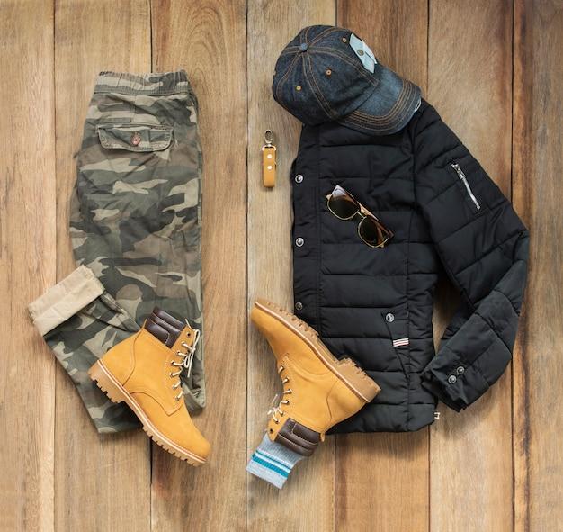 Ensemble de vêtements de mode masculine et accessoires sur bois, vue de dessus Photo Premium