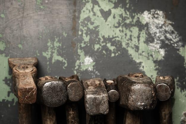 Ensemble de vieux marteaux et clous rouillés. outils sur métal la surface. Photo Premium