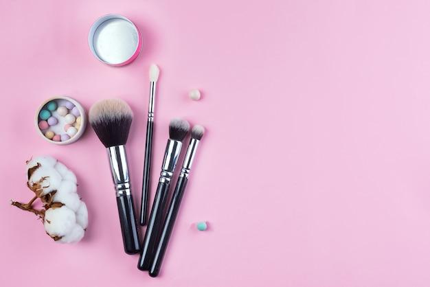 Ensemble de vue de dessus plat de divers pinceaux de cosmétiques femmes professionnelles Photo Premium