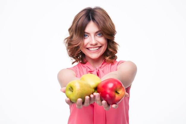 Enthousiaste Belle Femme Tenant Des Pommes Photo Premium